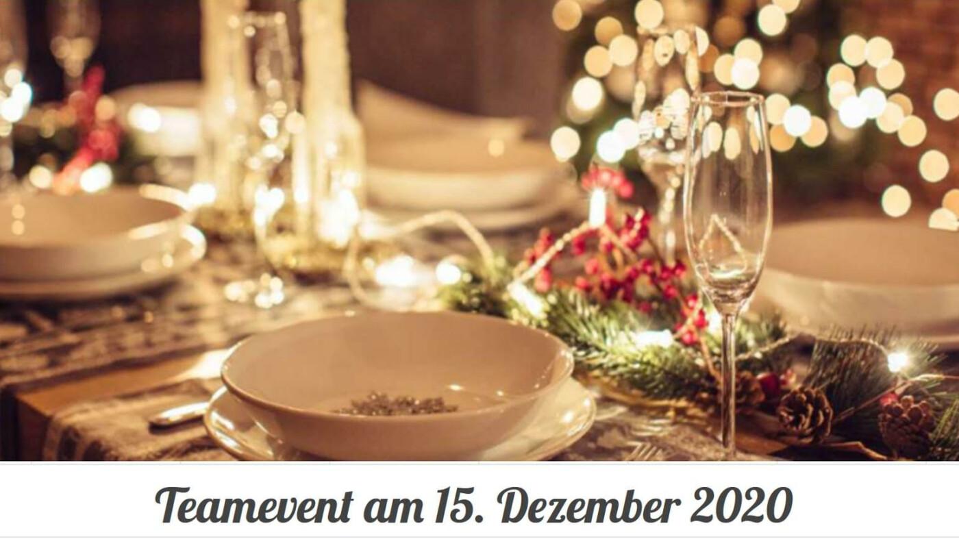 """Gedeckter Weihnachtstisch mit Lichterketten und rot-grüner Deko, darunter steht """"Teamevent am 15. Dezember 2020"""""""