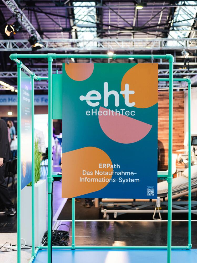 """Teil des eHealth-Tec-Standes auf der XPOMET Messe mit Plakat mit der Aufschrift """"ERPath Das Notaufnahme-Informations-System"""""""