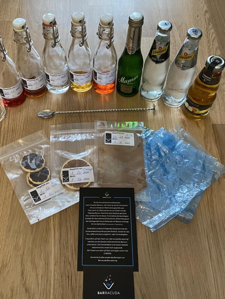 Verschiedene, kleine Getränkeflaschen und andere Zutaten für Cocktails auf einem Holztisch